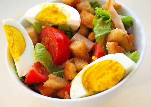 Салат из курицы и овощей с гренками
