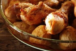 Запеченный картофелям с куриными голенями и специями