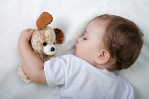Укладывать малыша спать лучше вскоре после завтрака и после обеда
