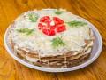 Как приготовить закусочный блинный торт (видео)