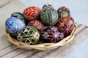 Яйца для окрашивания лучше выбирать одинаковой формы и размера