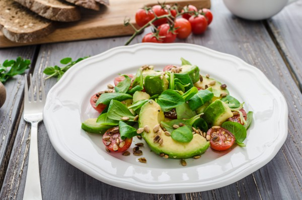 Зеленый салат с авокадо и помидорами черри