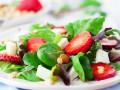 Летний салат с клубникой и сыром
