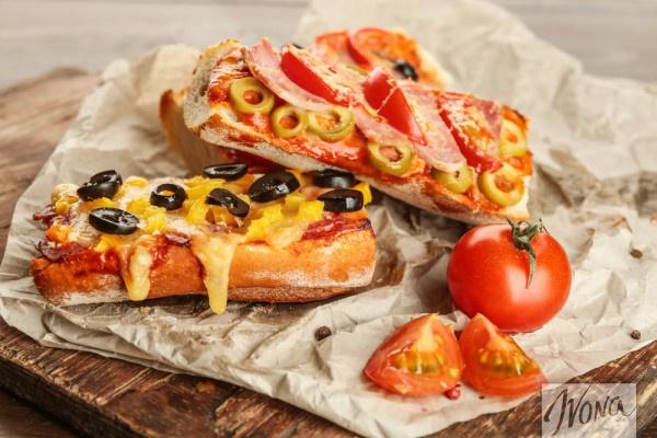 Мини-пицца из хлеба с ветчиной и оливками