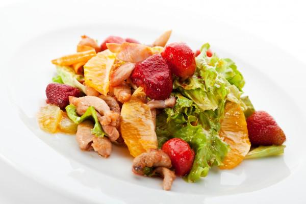 Рецепт                  Салат из курицы с клубникой и апельсинами