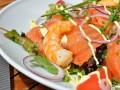 Рецепты на 8 марта: Салат из лосося и креветок