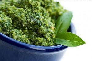Основные ингредиенты соуса песто - базилик и кедровые орехи