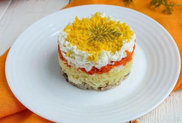 К празднику: простой салат со шпротами