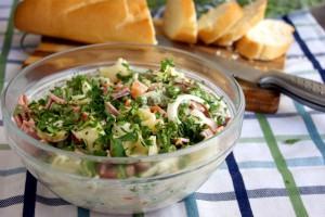 Салат с колбасой, макаронами и огурцами