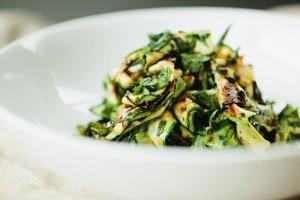 Готовый салат можно украсить тертым пармезаном