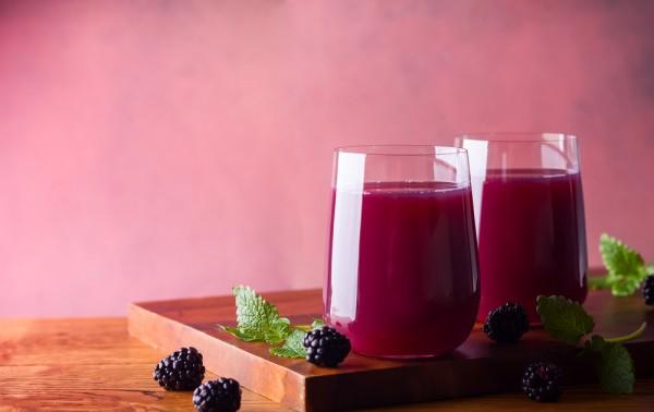 Витаминный напиток из ежевики, киви и груши