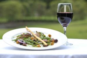 Салат и красное вино