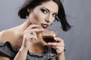 Причиной головной боли может быть красное вино