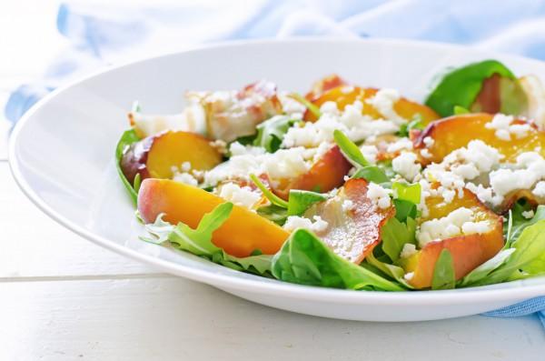 Летний салат из рукколы, персиков и бекона