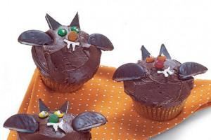 Ты можешь испечь любые кексы на свой вкус и украсить их в стиле Хэллоуина