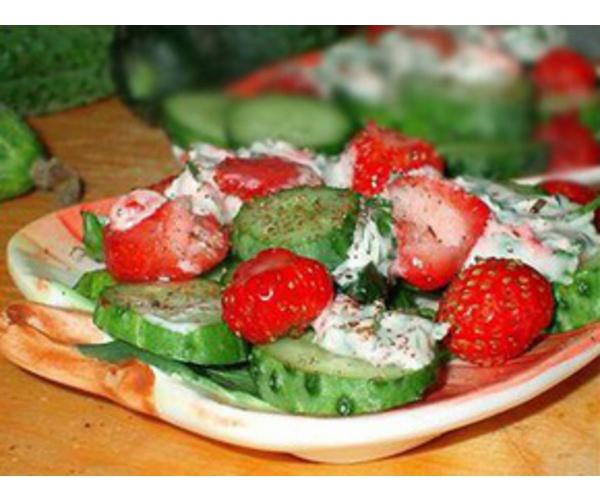 Рецепт                  Огуречный салат с клубникой