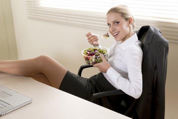Возьми на работу сезонные овощи, из них можно сделать салат