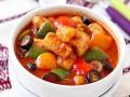 Кальмары в томатном соусе с оливками и сладким перцем