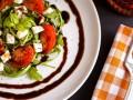 Салат из помидоров с моцареллой: три вкусные идеи