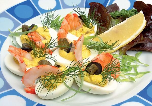 Рецепт                  Новогодние рецепты: Фаршированные яйца с креветками