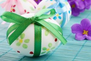 Красить пасхальные яйца можно разными способами