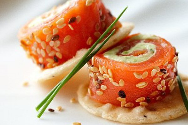 Рецепт                  Рулетики из лосося с авокадо