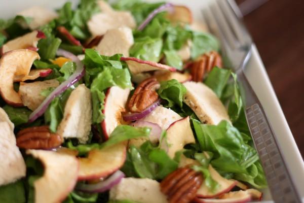 Салат из яблок с орехами и сыром