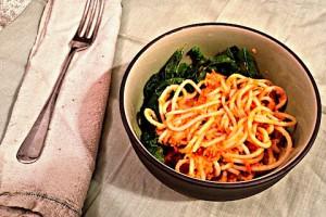 Вегетарианские макароны  с луком и морковью