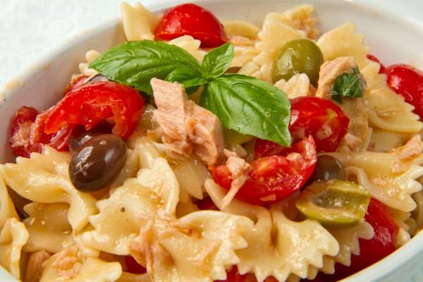 Рецепт                  Салат из пасты с помидорами и тунцом