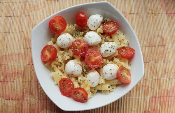 Рецепт                  Теплый салат из пасты с помидорами и моцареллой