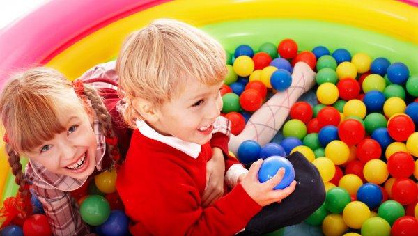 На праздник ребенка нужно приглашать его друзей, однако желательно, чтоб их было немного