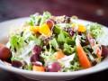 Праздничный салат из овощей и фруктов