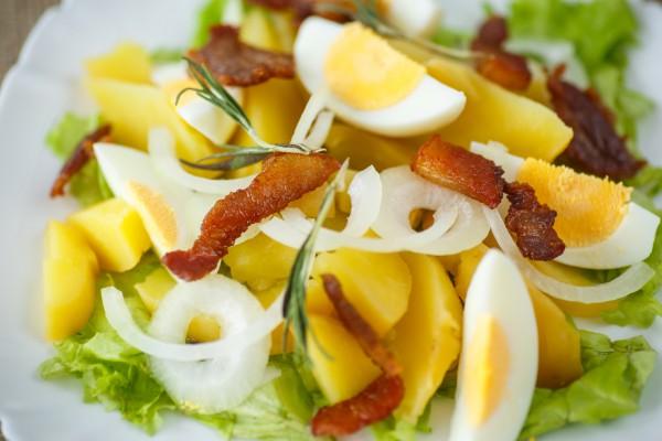 Рецепт                  Теплый салат из картофеля, яиц и бекона