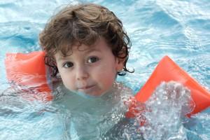 Плаваньем лучше всего начинать заниматься в специально оборудованных бассейнах