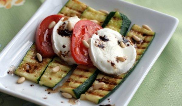 Цуккини на гриле с сыром и помидорами