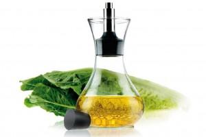 Растительное масло хорошо подходит в качестве заправки к овощным салатам