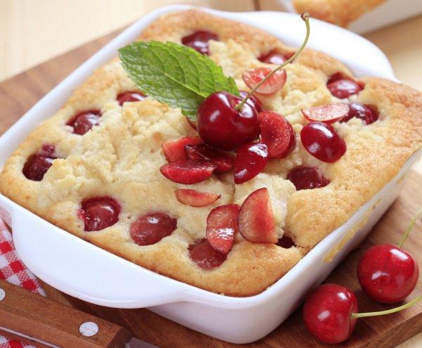 Классический клафути готовят с вишнями