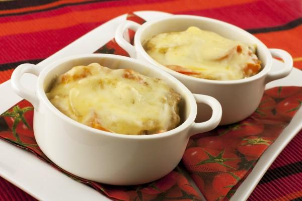 Рецепт                  Мясо в горшочках с овощами и сыром