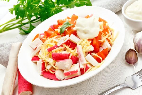 В преддверии праздника: необычный салат с крабовыми палочками