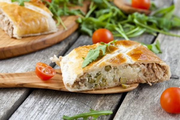 Рецепт                  Пирог из слоеного теста с тунцом