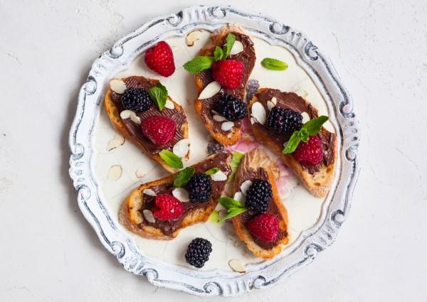 Рецепт                  Брускетта с шоколадом и ягодами
