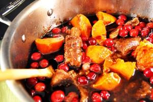 Свиные ребра с картофелем и ягодным соусом