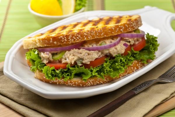 Острый сэндвич с тунцом, овощами и домашним майонезом