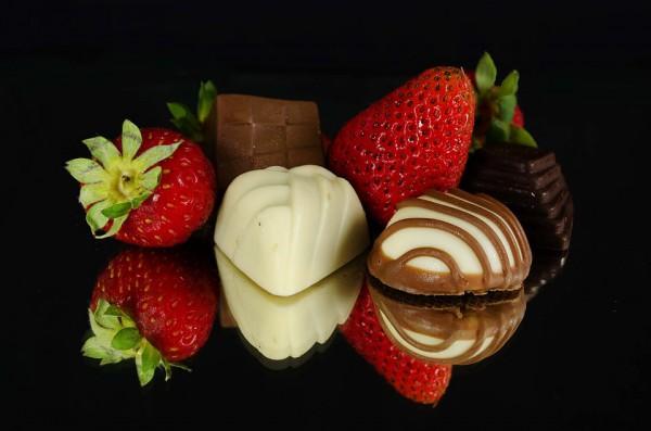 Многие фрукты можно покрывать шоколадом