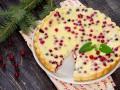 Новогодний пирог с клюквой и сметаной
