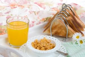 Тосты с джемом и апельсиновый сок - один из вариантов легкого завтрака