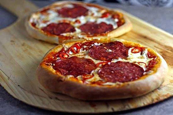 Рецепт                  Пицца с колбасой и луком