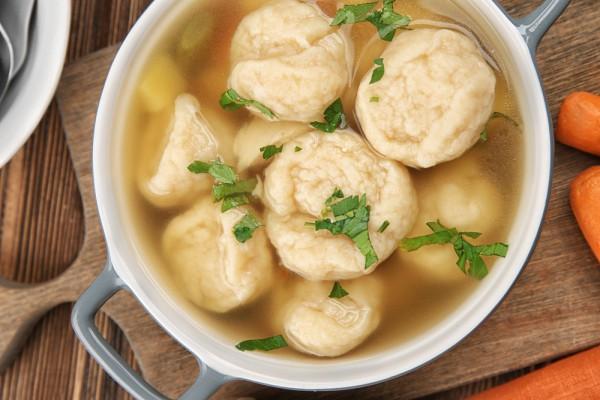 Куриный суп с клецками и зеленью