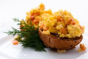 Подавай яйца скрэмбл с любимым тостом или булочкой
