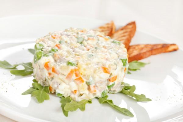 Рецепт                  Рецепты на 8 марта: Салат Оливье с куриным филе